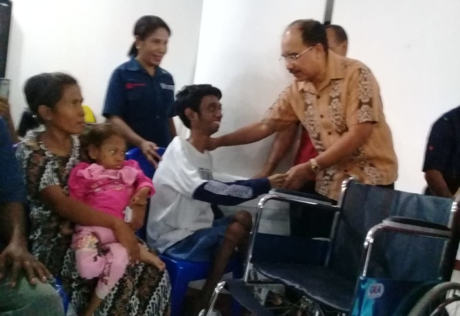 Foto : Wali Kota Kupang  Penyerahan Alat Bantu Kepada Penyandang Disabilitas Oleh Wali Kota Kupang Jeffri Riwu Kore